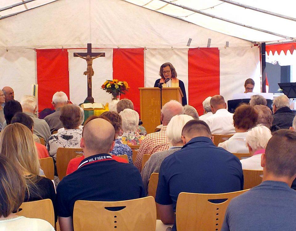 """Bei sommerlich heißem Wetter feierte das Evangelische Altenpflegeheim des Seniorenzentrums Stockach am Sonntag, den 01. Juli, sein traditionelles Sommerfest unter dem Motto """"Oldies but Goldies""""."""